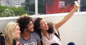 Przypadkowi przyjaciele bierze selfie podczas gdy patrzejący mapę zdjęcie wideo