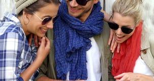 Przypadkowi przyjaciele jest ubranym okulary przeciwsłonecznych i używa pastylka komputer osobistego zbiory