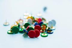 Przypadkowo rozrzuceni stubarwni Pushpins, biurowy temat zdjęcie royalty free