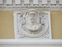 Przypadkowo utrzymany barelief Stalin na fasadzie stary budynek syberyjska Kolejowa administracja zdjęcia royalty free