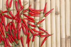 Przypadkowy świeży czerwony chili na lampasa bambusa drewnie Zdjęcia Royalty Free