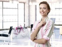 Przypadkowy żeński officeworker przy miejscem pracy Zdjęcia Royalty Free
