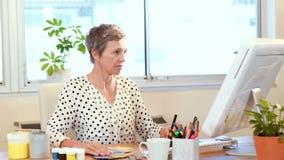 Przypadkowy żeński projektant pracuje w biurze zdjęcie wideo