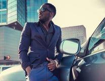 Przypadkowy amerykanina afrykańskiego pochodzenia mężczyzna pozuje blisko samochodu zdjęcia stock