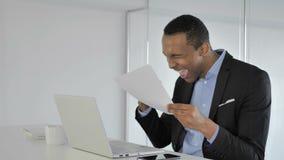 Przypadkowy amerykanina biznesmen Reaguje Pomyślny kontrakt, Czyta zbiory wideo
