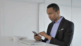 Przypadkowy amerykanina biznesmen używa smartphone, pisać na maszynie wiadomość zbiory wideo