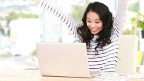Przypadkowy azjatykci bizneswoman używa laptop zdjęcie wideo