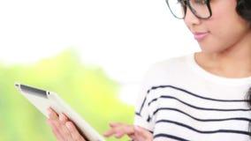 Przypadkowy azjatykci bizneswoman używa pastylkę zbiory
