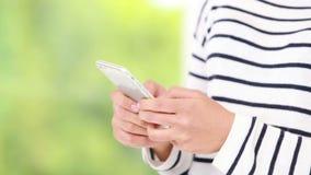 Przypadkowy azjatykci bizneswoman używa smartphone zbiory wideo
