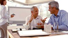 Przypadkowy biznesmen daje mowie podczas spotkania zbiory