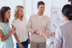 Przypadkowy biznesmen daje prezentaci koledzy Zdjęcia Stock
