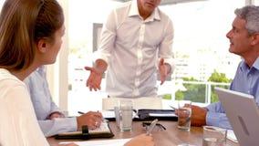 Przypadkowy biznesmen daje prezentaci podczas spotkania zbiory