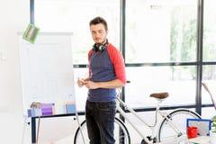 Przypadkowy biznesmen daje prezentaci w biurze Fotografia Stock