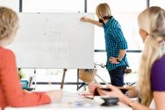 Przypadkowy biznesmen daje prezentaci w biurze Obrazy Stock
