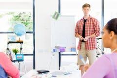 Przypadkowy biznesmen daje prezentaci w biurze Zdjęcie Stock
