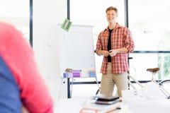 Przypadkowy biznesmen daje prezentaci w biurze Fotografia Royalty Free