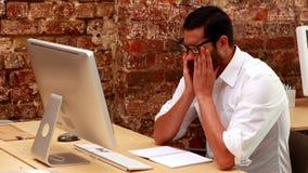Przypadkowy biznesmen dostaje stresujący się out przy jego biurkiem zbiory