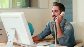 Przypadkowy biznesmen ma rozmowę telefonicza zdjęcie wideo