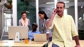 Przypadkowy biznesmen odpowiada jego telefon zdjęcie wideo