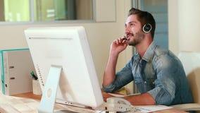 Przypadkowy biznesmen opowiada z słuchawki zbiory