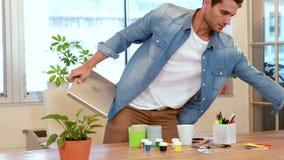 Przypadkowy biznesmen opuszcza biuro i trzyma laptop i papier zdjęcie wideo