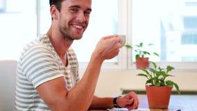 Przypadkowy biznesmen pije gorącego napój zdjęcie wideo