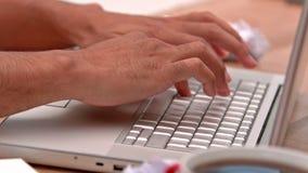 Przypadkowy biznesmen pisać na maszynie na jego laptopie zdjęcie wideo