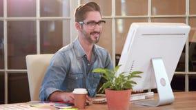 Przypadkowy biznesmen pracuje na komputerze zbiory