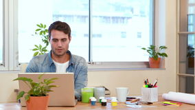 Przypadkowy biznesmen pracuje na laptopie zbiory wideo