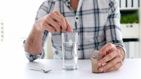 Przypadkowy biznesmen przygotowywa dissovable środek przeciwbólowego zbiory wideo