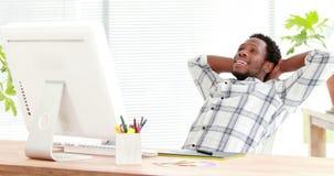 Przypadkowy biznesmen relaksuje w jego swivel krześle zdjęcie wideo