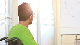Przypadkowy biznesmen słucha prezentacja w wózku inwalidzkim zbiory wideo