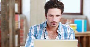 Przypadkowy biznesmen używa jego laptop przy biurkiem zbiory