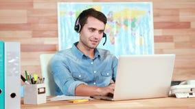 Przypadkowy biznesmen używa laptop i mieć rozmowę z słuchawki zbiory