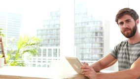 Przypadkowy biznesmen używa laptop podczas gdy jego koledzy pracuje na laptopie zbiory