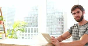 Przypadkowy biznesmen używa laptop podczas gdy jego koledzy pracuje na laptopie zdjęcie wideo