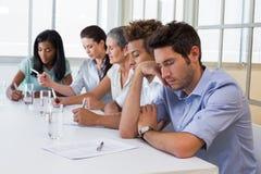Przypadkowy biznesmena spadać uśpiony podczas spotkania Zdjęcia Stock