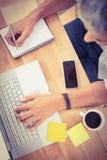 Przypadkowy biznesmena używać komputerowy i brać notatkę Zdjęcie Stock