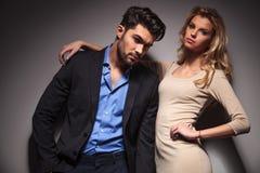 Przypadkowy biznesowy mężczyzna opiera na jego dziewczynie Fotografia Stock
