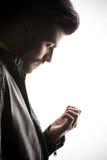 Przypadkowy biznesowy mężczyzna patrzeje w dół przy jego palcami obrazy stock