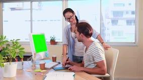 Przypadkowy biznesowy pracownik pracuje w biurze zbiory wideo