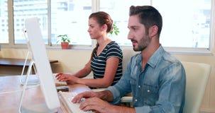 Przypadkowy biznesowy pracownik używa komputer zbiory