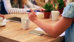 Przypadkowy bizneswoman bierze notatki podczas spotkania zdjęcie wideo