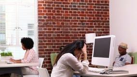 Przypadkowy bizneswoman dostaje migrenę przy jej biurkiem zbiory wideo