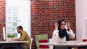 Przypadkowy bizneswoman dostaje stresujący się przy jej biurkiem zbiory