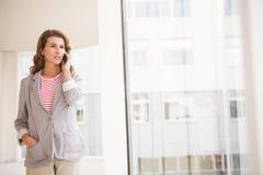 Przypadkowy bizneswoman ma rozmowę telefonicza obraz stock