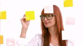 Przypadkowy bizneswoman patrzeje kleiste notatki zbiory wideo