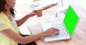 Przypadkowy bizneswoman pracuje na laptopie zbiory