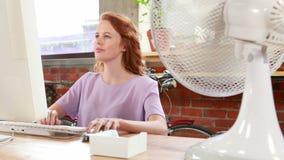 Przypadkowy bizneswoman pracuje przy jej biurkiem zbiory