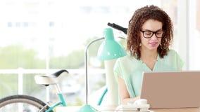 Przypadkowy bizneswoman pracuje z jej laptopem zdjęcie wideo